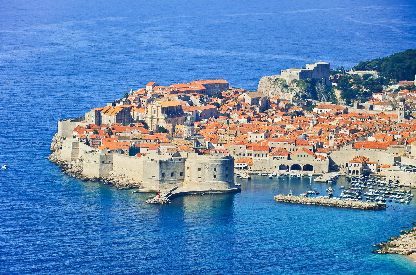 这里的岛屿星星点点,海水湛蓝,阳光充足,海岸风光旖旎,白色的城墙把